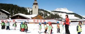 Der Kinderclub in Lech bringt bereits den Jüngsten die Freude am Skifahren und am Schnee nahe...